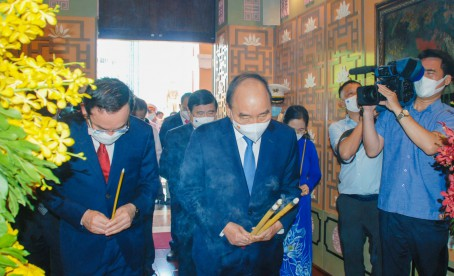 PRESIDENT NGUYEN XUAN PHUC OFFERED INCENSE TO COMMEMORATE PRESIDENT HO CHI MINH AND PRESIDENT TON DUC THANG